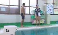 競泳水着のインストラクターが生徒とプールサイドパコ