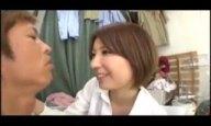 剛毛マンコの痴女人妻が童貞チンポを濃厚フェラ抜き!