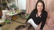 美脚痴女の三橋杏奈が豹柄パンストでM男を足コキ責め!!