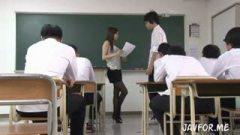 生徒にフェラしているバレた巨乳女教師が・・・