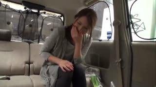 買い物中だった美人妻が初対面チンポをサクっと車内フェラ抜き!